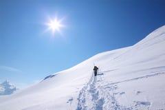 Snowshoetrekking an einem vollkommenen sonnigen Tag Lizenzfreie Stockfotografie