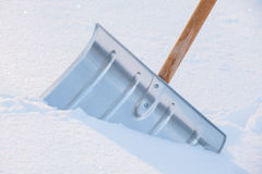 Snowshovel no monte de neve imagens de stock royalty free