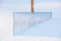Snowshovel no monte de neve fotografia de stock