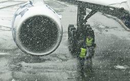 Snowstorm på flygplatsen Arkivbild