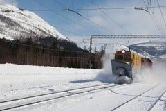 Snowthrower σιδηροδρόμου που αφαιρεί το χιόνι από το σιδηρόδρομο στοκ εικόνα