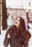 Snowtime stående av den härliga brunettflickan Arkivbild