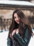 Snowtime stående av den härliga brunettflickan Fotografering för Bildbyråer