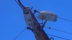 Snowy-Überwachungskamera auf dem Pfosten der Straße stock video footage