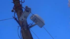 Snowy-Überwachungskamera auf dem Pfosten der Straße stock footage