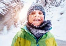 Snowy смотрит на смешной портрет мальчика Стоковое Фото