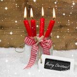 Snowy с Рождеством Христовым: 4 красных горящих свечи с смычком и мной Стоковые Изображения