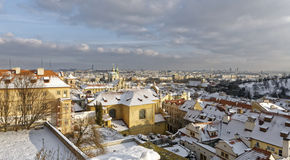 Snowy alloggia i tetti in città Immagini Stock