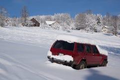 Snowy-Auto geparkt auf einer Steigung Stockfoto