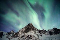 Snowy-Berg mit dem aurora borealis, das mit Sternschnuppe tanzt lizenzfreie stockbilder