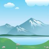 Snowy-Berg mit Wolken und See mit Gras lizenzfreie abbildung