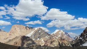 Snowy-Berge in den Wolken zoom Geschossen auf Kennzeichen II Canons 5D mit Hauptl Linsen Pami stock footage