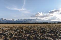 Snowy-Berge in der Steppe Lizenzfreie Stockfotografie