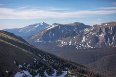 Snowy-Berge an einem Sommer-Tag in Rocky Mountain National Park stockfoto