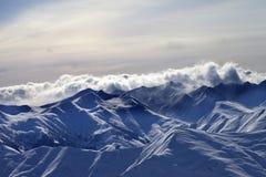 Snowy-Berge im Nebel am Winterabend Stockfotos