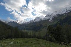Snowy-Berge im Sommer in Österreich Stockfotos