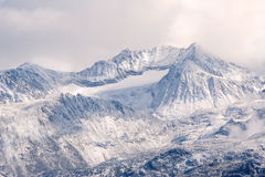Snowy-Berge nähern sich Pfeifer, Britisch-Kolumbien Stockfotografie