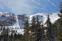 Snowy-Berge nach einer Überführung Stockfotografie