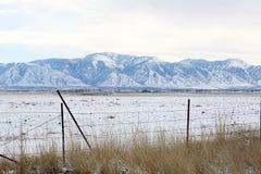 Snowy-Berge und -zaun lizenzfreie stockfotografie