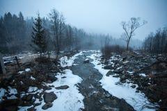 Snowy-Berge vor Sturm Stockfotos