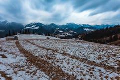 Snowy-Berge vor Sturm Lizenzfreies Stockfoto