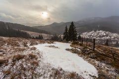 Snowy-Berge vor Sturm Lizenzfreie Stockfotos