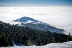 Snowy-Bergspitze in den Wolken Lizenzfreie Stockbilder