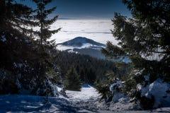 Snowy-Bergspitze in den Wolken Stockbilder