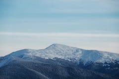Snowy-Bergspitze morgens Lizenzfreie Stockfotografie