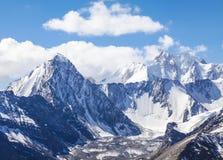 Snowy-Bergspitzen Stockbilder