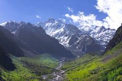 Snowy-Bergspitzen und grüne Täler Stockfoto