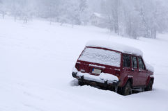 Snowy car parked on a slope Royalty Free Stock Photos