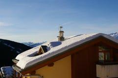 Snowy-Dach. Lizenzfreie Stockfotografie