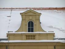 Snowy-Dach der Kirche lizenzfreies stockfoto