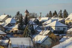 Snowy-Dorfdachspitzen am vinter lizenzfreies stockfoto