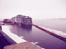 Snowy e giorno nebbioso sul porticciolo Fotografia Stock Libera da Diritti