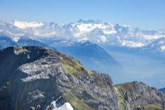 Snowy ed alpi svizzere verdi dal supporto Pilatus Immagine Stock Libera da Diritti