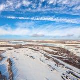 Snowy-Felder der Landschaft mit Fluss im Vorfrühling, Spitze Lizenzfreies Stockbild