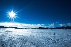 Snowy-Gebirgsebenen stockfotos