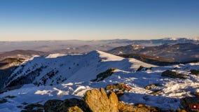 Snowy-Gebirgslandschaft lizenzfreie stockbilder