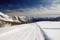 Snowy-Gebirgspanorama Lizenzfreie Stockfotos