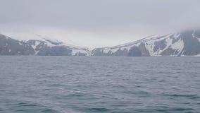 Snowy-Gebirgsrücken auf Insel- und Meerwasserwinterlandschaft stock video