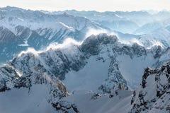 Snowy-Gebirgsrücken mit einem Blizzard Stockfotografie