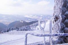 Snowy-Gebirgsspitze an einem Skiort und an einer schneebedeckten ausgedehnten Ausrüstung stockfoto