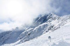 Snowy-Gebirgsspitze und -himmel mit Wolken Lizenzfreie Stockfotografie