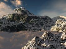 Snowy-Gebirgsspitze und niedrige Wolken. Stockfoto