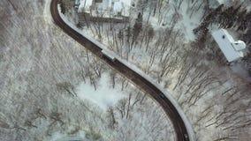 Snowy-Gebirgsstraße mit dem Bus stock footage