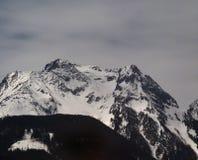 Snowy-Gebirgszug lizenzfreie stockfotografie
