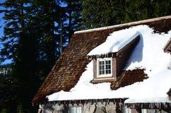 Snowy-Häuschen in der Crater See-Besucher-Mitte in Oregon Lizenzfreies Stockbild