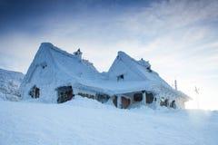 Snowy-Häuser im hohen Berg stockfotografie